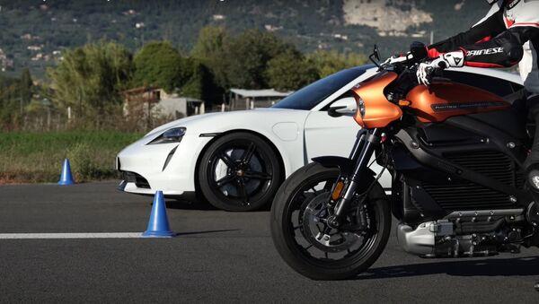 Porsche Taycan vs. Harley-Davidson LiveWire  - Sputnik Mundo