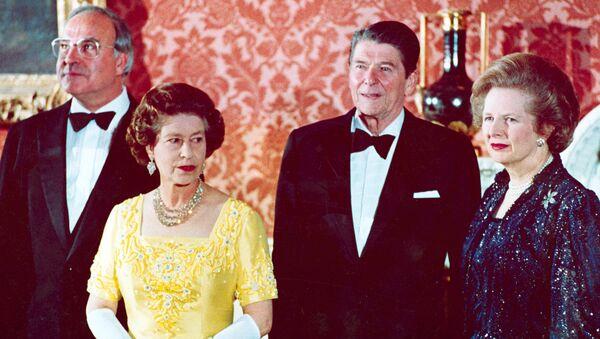 La reina Isabel II junto al Canciller de Alemania Occidental Helmut Kohl, a la izquierda, el presidente de Estados Unidos Ronald Reagan, segundo a la derecha, y Margaret Thatcher - Sputnik Mundo