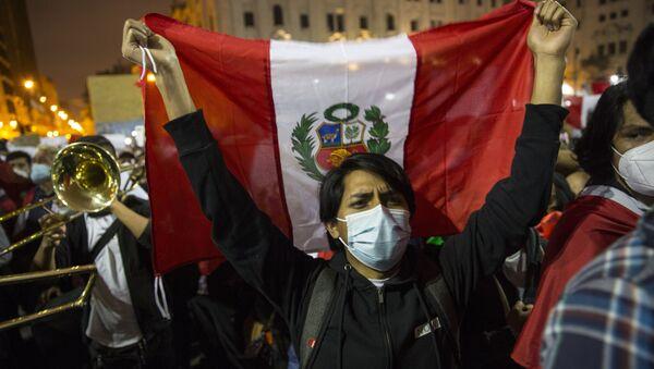 Un joven se moviliza en Perú durante la crisis política de noviembre de 2020 - Sputnik Mundo