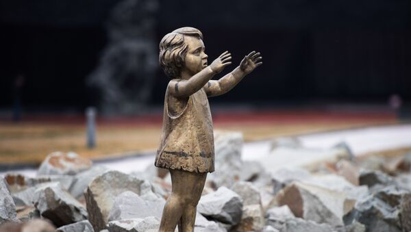 El monumento a los niños asesinados en el campo de concentración Krasni - Sputnik Mundo
