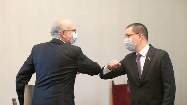 El canciller de Venezuela, Jorge Arreaza, junto al encargado de negocios de España, Juan Fernández Trigo - Sputnik Mundo