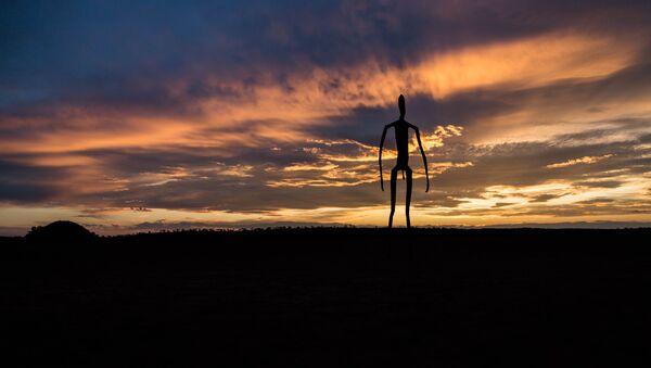 Una escultura humanoide en Australia - Sputnik Mundo