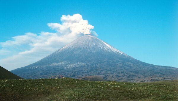 El volcán Kliuchevskói, en la península de Kamchatka (archivo) - Sputnik Mundo