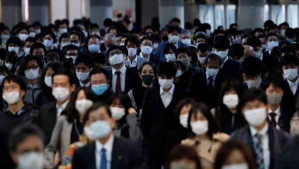 Gente con mascarillas en Tokio, Japón - Sputnik Mundo