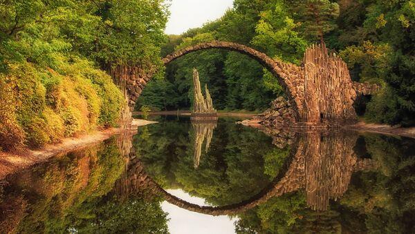 El puente de Rakotzbrucke, en Alemania, también conocido como el puente del Diablo. - Sputnik Mundo