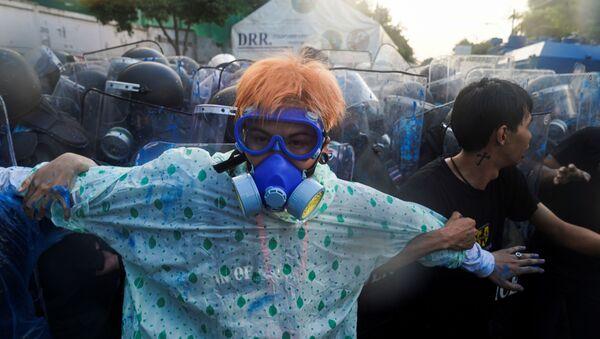 Los manifestantes durante una protesta contra el gobierno frente al Parlamento en Bangkok, Tailandia, el 17 de noviembre de 2020. - Sputnik Mundo