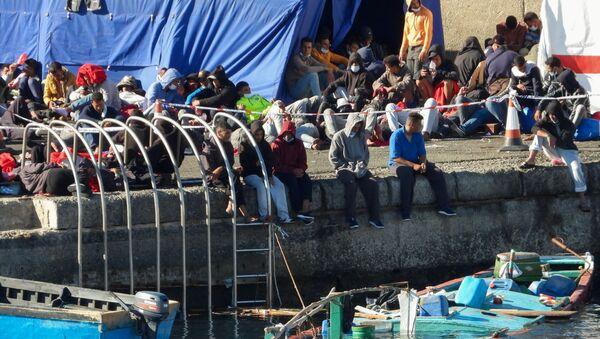 Migrantes en el puerto de Arguineguín, en la isla española de Gran Canaria. - Sputnik Mundo