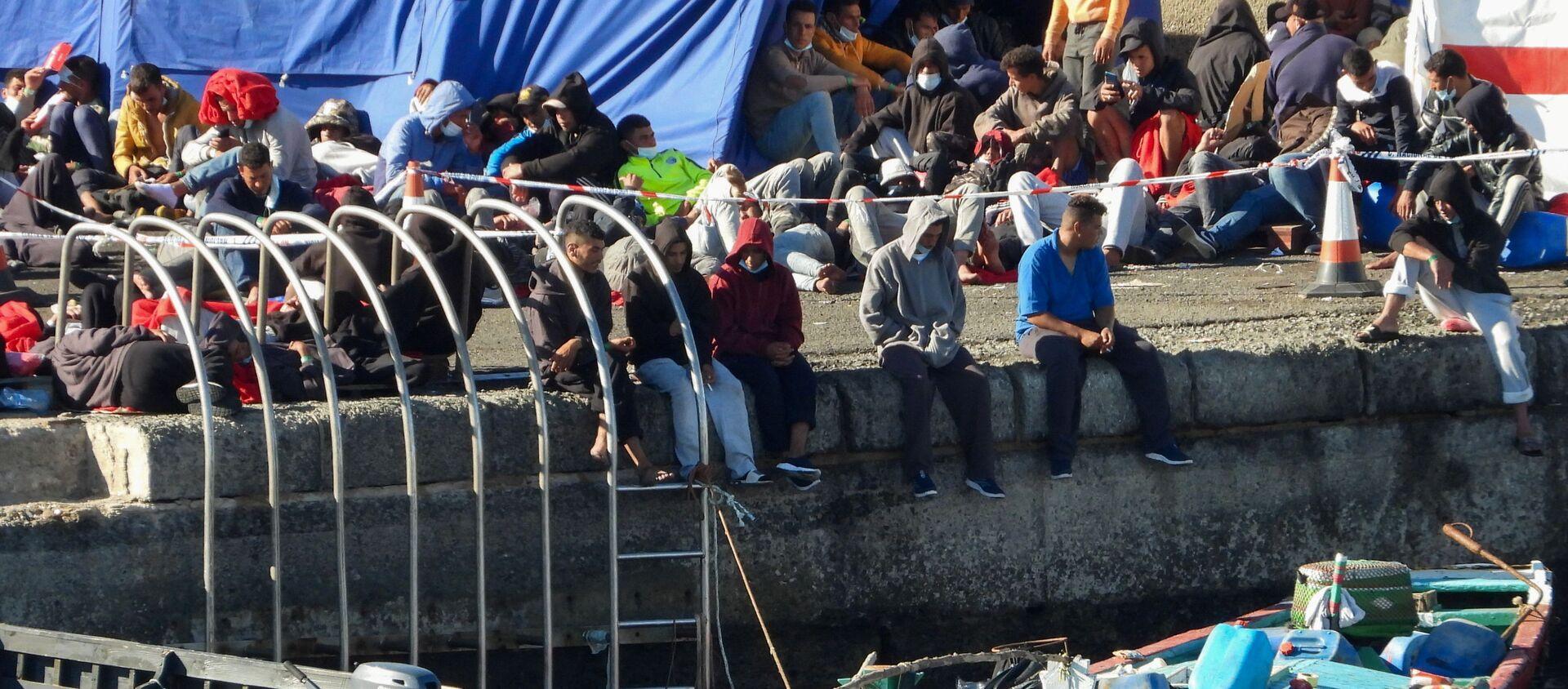 Migrantes en el puerto de Arguineguín, en la isla española de Gran Canaria. - Sputnik Mundo, 1920, 27.11.2020