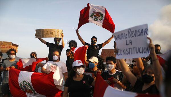 Una concentración con banderas de Perú en Brasil tras la dimisión de Manuel Merino - Sputnik Mundo