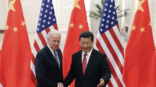 El presidente chino, Xi Jinping,  con el entonces vicepresidente de EEUU, Joe Biden, en Pekín, el 4 de diciembre de 2013. - Sputnik Mundo