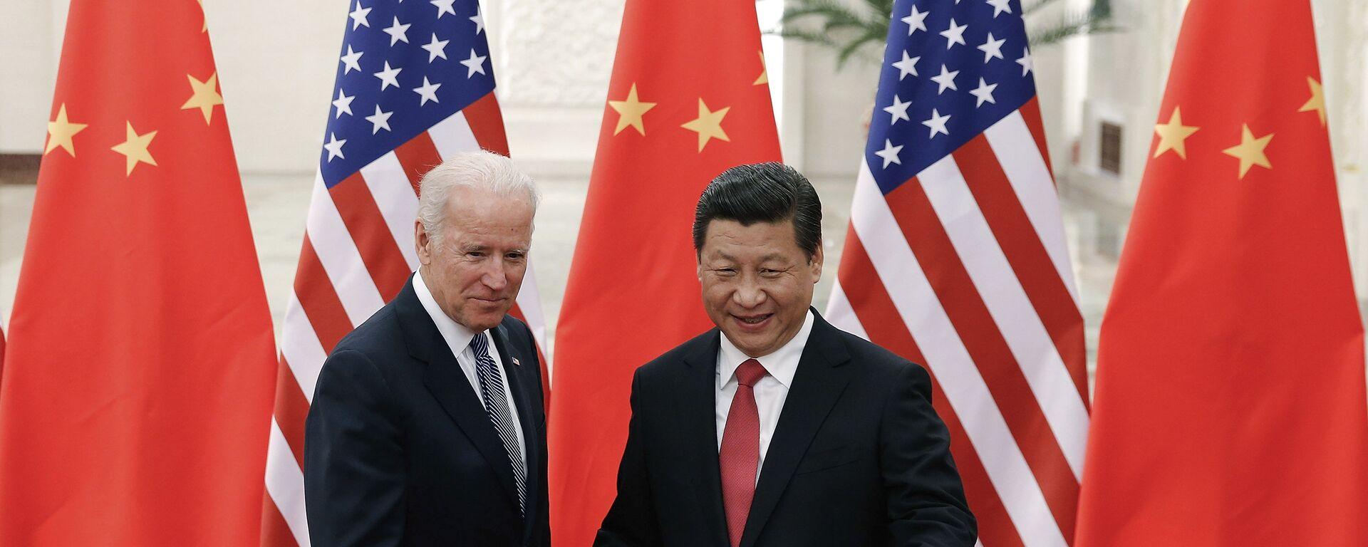El presidente chino, Xi Jinping,  con el entonces vicepresidente de EEUU, Joe Biden, en Pekín, el 4 de diciembre de 2013. - Sputnik Mundo, 1920, 16.06.2021
