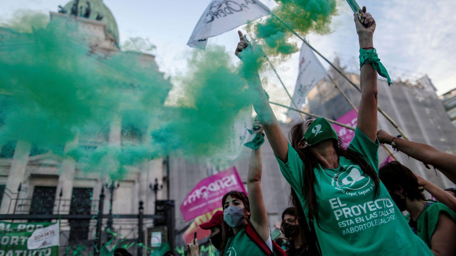 Activistas participan en manifestación a favor de legalizar el aborto, en Buenos Aires (Argentina), el 18 de noviembre del 2020 - Sputnik Mundo, 1920, 10.02.2021