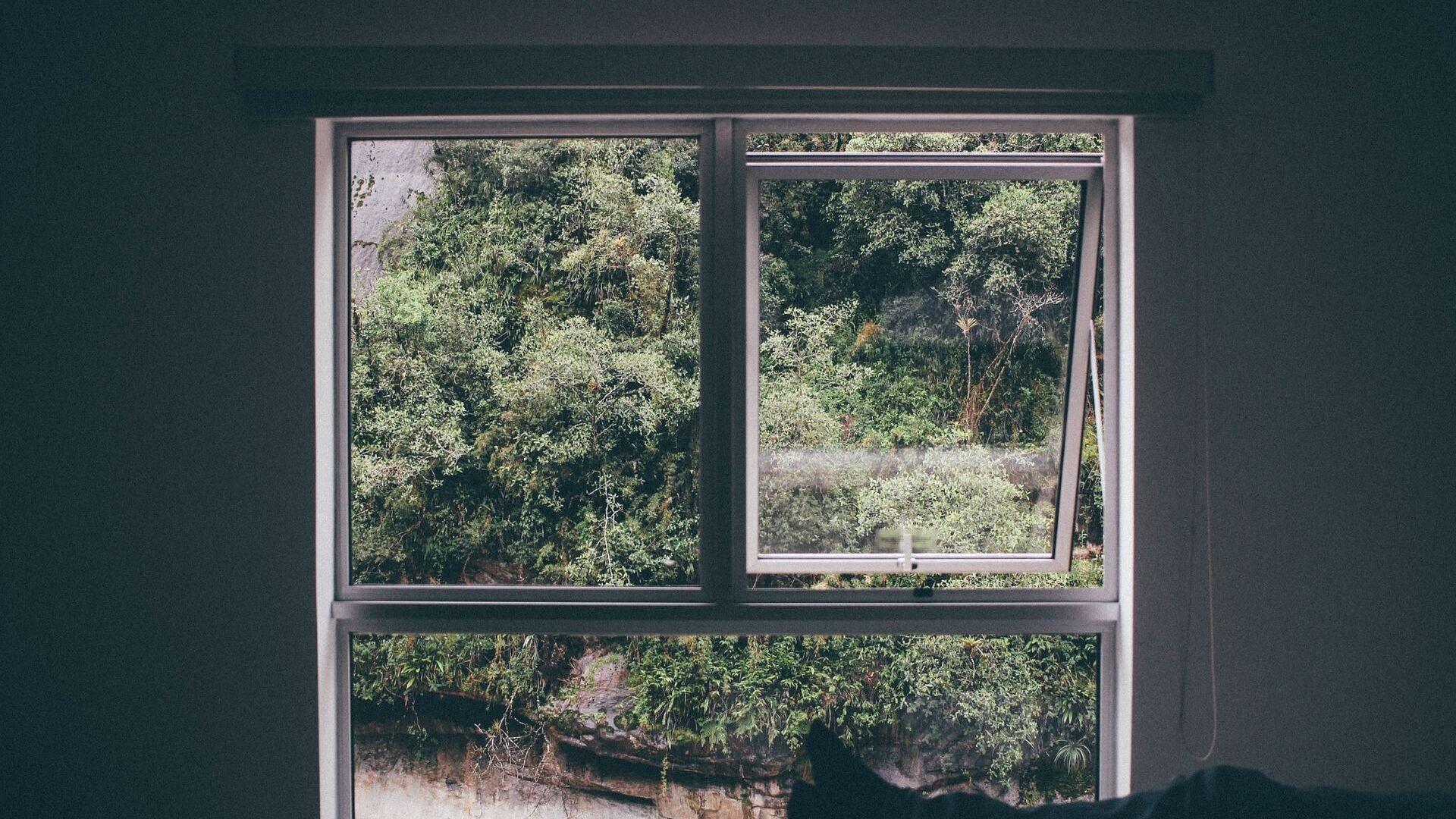 Imagen referencial de una habitación ventilándose con la ventana abierta - Sputnik Mundo, 1920, 27.03.2021