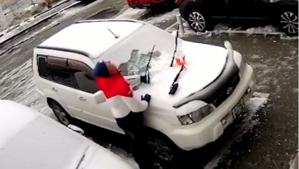 Un ruso evita morir aplastado por un bloque de hormigón que cae sobre su auto - Sputnik Mundo