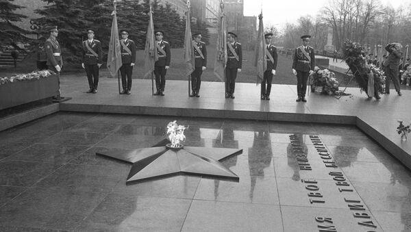 Tumba del Soldado Desconocido frente al muro del Kremlin, 1975 (archivo) - Sputnik Mundo