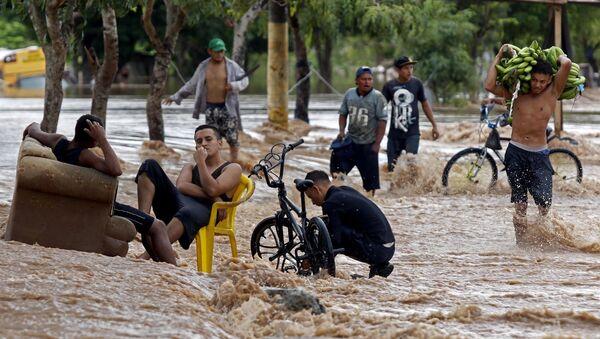Люди на затопленной улице в Гондурасе - Sputnik Mundo