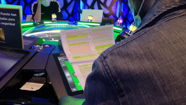 Jóvenes madrileños estudian en una sala de apuestas - Sputnik Mundo