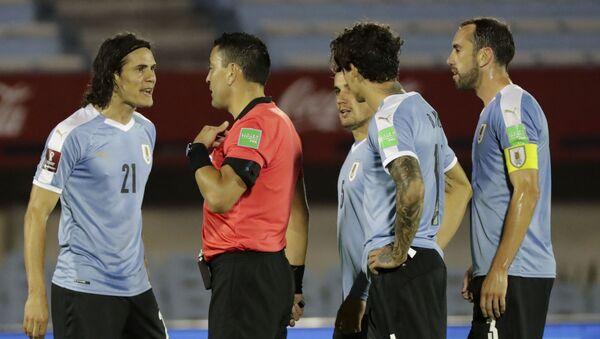 Edinson Cavani y futbolistas de la Selección de Uruguay cuestionan al árbitro durante un partido por Eliminatorias hacia Catar 2022 - Sputnik Mundo