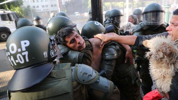 Un hombre es detenido durante una protesta antigubernamental en Santiago (Chile), el 18 de noviembre de 2020 - Sputnik Mundo