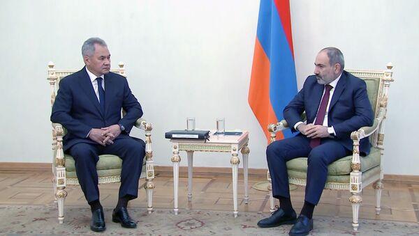 La reunión del ministro de Defensa ruso, Serguéi Shoigú, con el primer ministro armenio, Nikol Pashinián, en Ereván - Sputnik Mundo