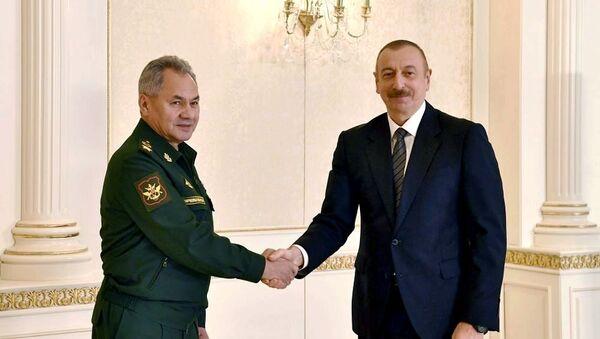 El ministro de Defensa ruso, Serguéi Shoigú, con el presidente de Azerbaiyán, Ilham Aliyev - Sputnik Mundo