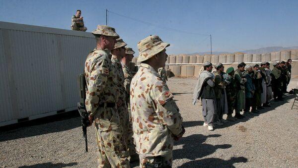 Soldados australianos y los afganos locales en la base militar de Tarin Kowt en la provincia de Uruzgan, Afganistán, el 17 de febrero de 2007. - Sputnik Mundo
