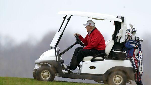 El presidente de EEUU, Donald Trump, en el club de golf Trump National Golf Club - Sputnik Mundo