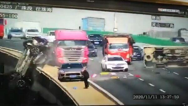 Un auto se precipita desde un puente en China - Sputnik Mundo