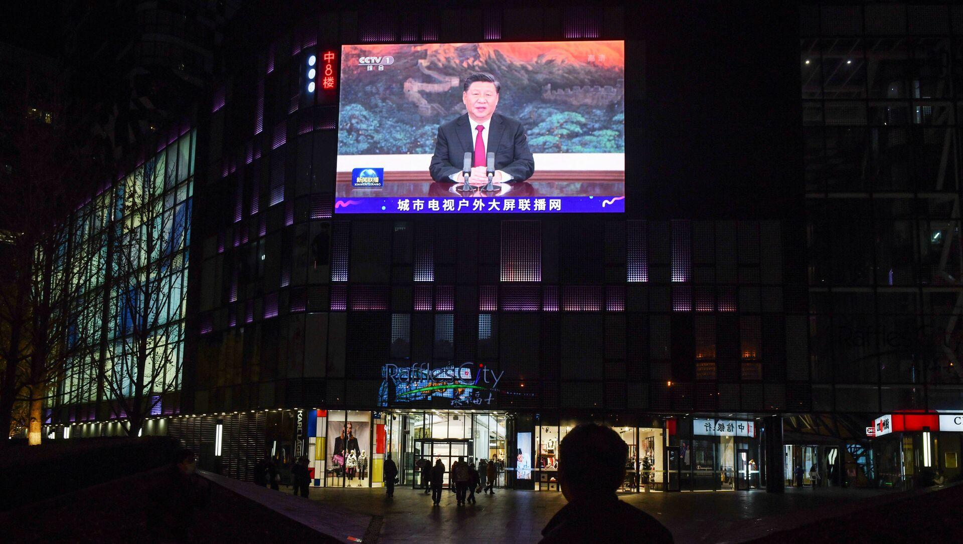 Xi Jinping, presidente de China, durante un discurso transmitido en una pantalla de Pekín, China (archivo) - Sputnik Mundo, 1920, 22.11.2020