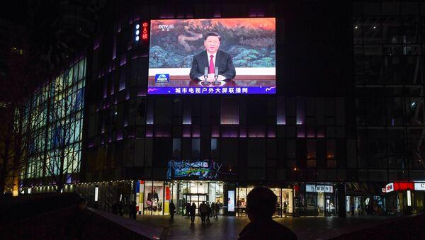 Xi Jinping, presidente de China, durante un discurso transmitido en una pantalla de Pekín, China (archivo) - Sputnik Mundo