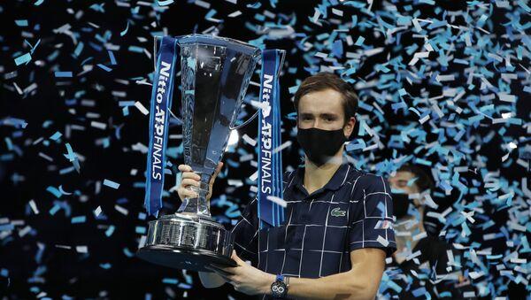 Daniil Medvédev, tenista ruso con el trofeo de la ATP - Sputnik Mundo