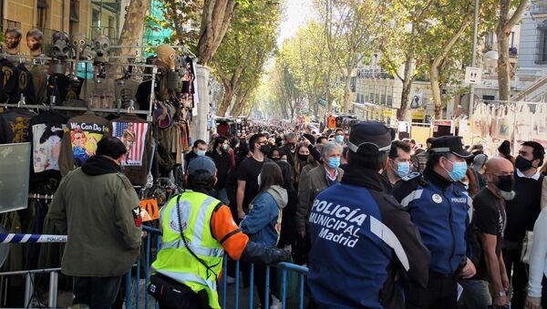 La calle Ribera de Curtidores, en Madrid, el primer domingo de la vuelta del Rastro - Sputnik Mundo