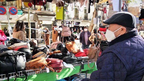 Un vendedor del Rastro de Madrid en su puesto de bolsos y accesorios - Sputnik Mundo
