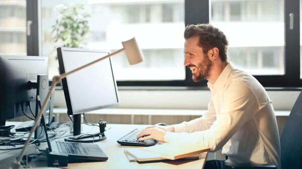 Una persona frente al ordenador (imagen referencial) - Sputnik Mundo
