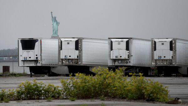 Camiones refrigerados que funcionan como morgues temporales en Brooklyn, Nueva York (archivo) - Sputnik Mundo