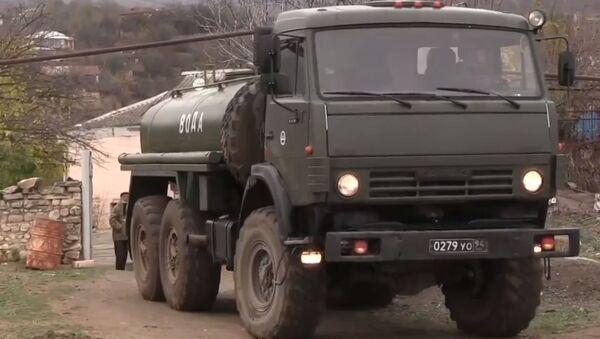 Las fuerzas de paz de Rusia reparten agua y materiales de construcción en Nagorno Karabaj - Sputnik Mundo