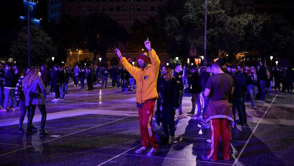 Discoteca improvisada en las calles del centro de Barcelona - Sputnik Mundo