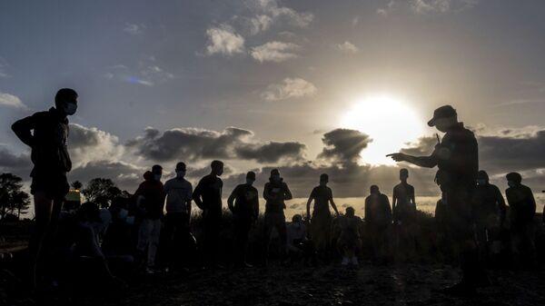 Migrantes de Marruecos son detenidos por la Policía española tras llegar a la costa de las Islas Canarias. 16 de octubre de 2020. - Sputnik Mundo