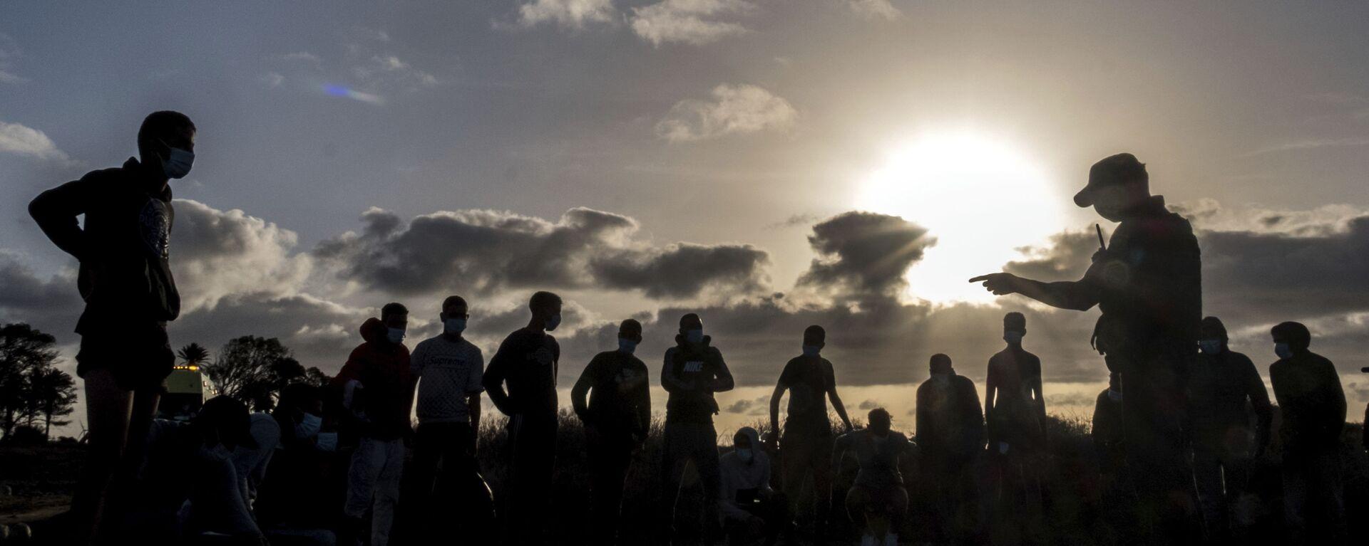 Migrantes de Marruecos son detenidos por la Policía española tras llegar a la costa de las Islas Canarias. 16 de octubre de 2020. - Sputnik Mundo, 1920, 12.01.2021