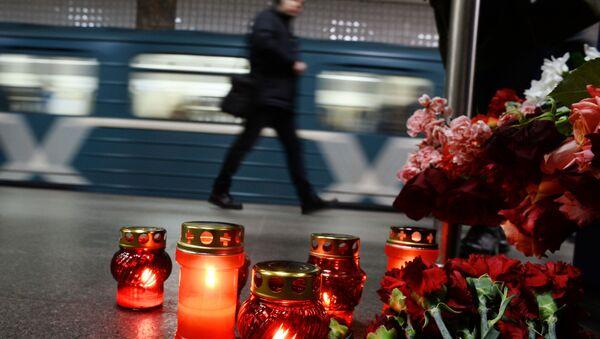 Flores en memoria de los muertos en el doble atentado de Moscú de 2010 - Sputnik Mundo