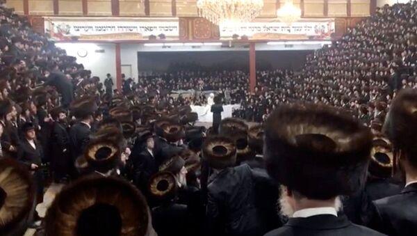 Una multitud celebra una boda en una sinagoga neoyorquina - Sputnik Mundo