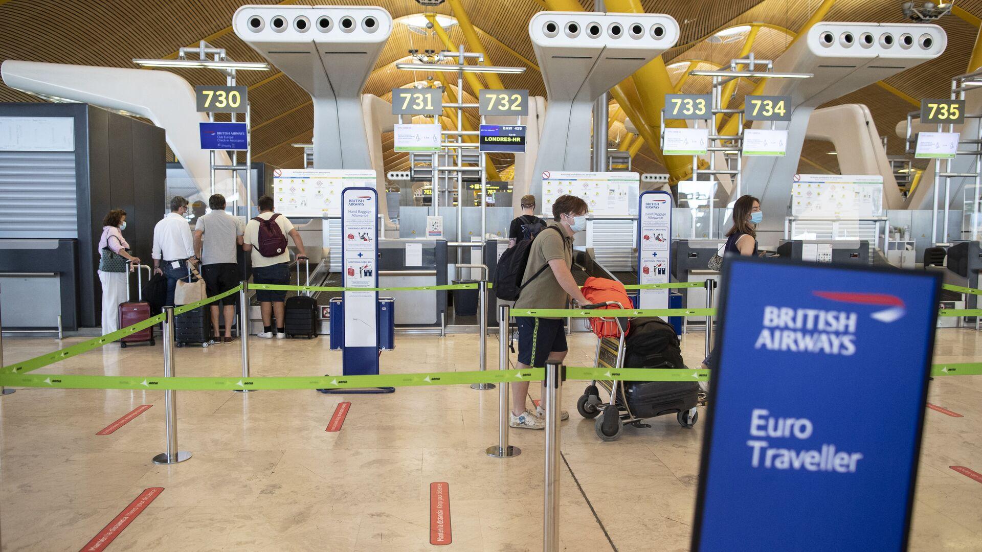 Pasajeros hacen cola en un mostrador de facturación de British Airways en el aeropuerto internacional Adolfo Suárez-Barajas. - Sputnik Mundo, 1920, 25.02.2021