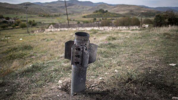Un proyectil en Nagorno Karabaj - Sputnik Mundo