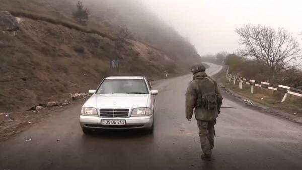 Pacificadores rusos inspeccionan los coches en un puesto de control cerca de Shusha - Sputnik Mundo