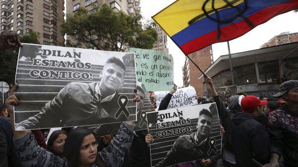 Jóvenes manifestándose por el joven Dilan Cruz en Colombia en 2019 - Sputnik Mundo