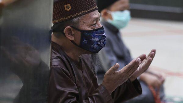 Un musulmán indonesio reza en una mezquita en las cercanías de Yakarta - Sputnik Mundo