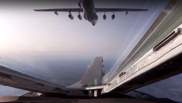 Los 'cisnes blancos' y los Il-78 vuelan a tan solo 30 metros de distancia - Sputnik Mundo