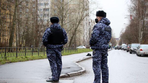 Los policías cerca del edificio donde un hombre retuvo a rehenes en Kólpino - Sputnik Mundo