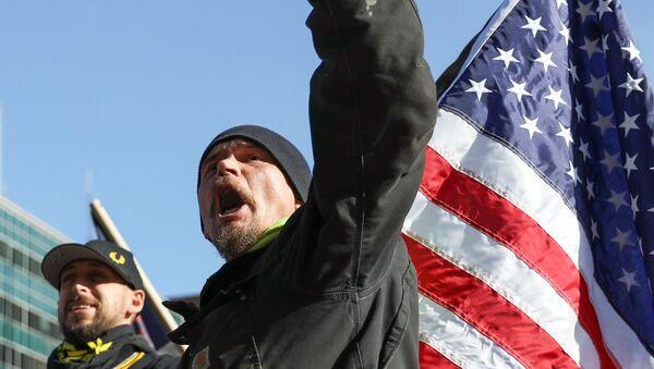 Un hombre con la bandera de EEUU - Sputnik Mundo