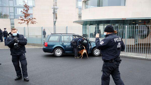 Un auto cerca de la oficina de Merkel - Sputnik Mundo